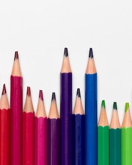 Conceito de lápis coloridos com espaço de cópia
