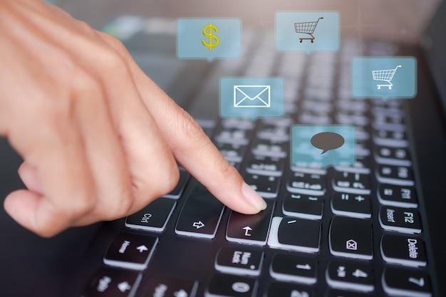 Conceito de laptop de mídia social. feche o computador teclado de digitação figer.