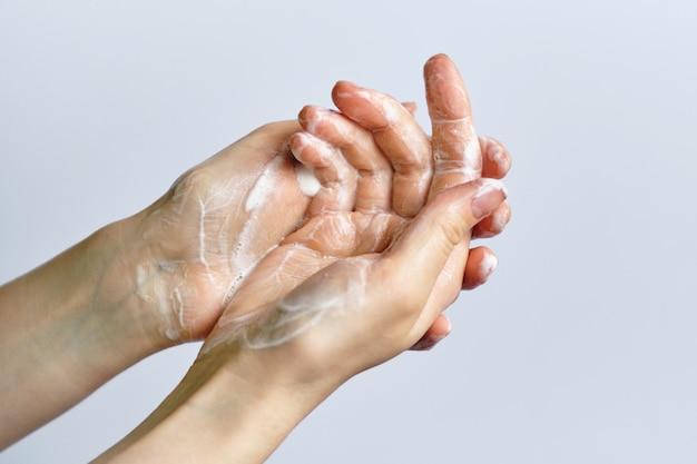 Conceito de lavar as mãos usando sabão em um espaço em branco.