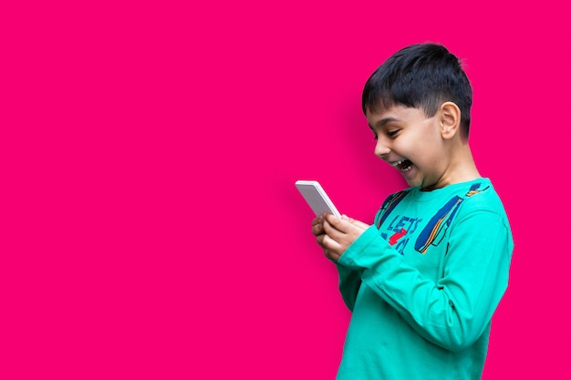 Conceito de lazer, crianças, tecnologia e pessoas - menino sorrindo com smartphone ou jogando em casa copie o espaço
