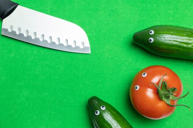 Conceito de legumes com espaço de cópia, tomate de formiga de pepinos engraçado