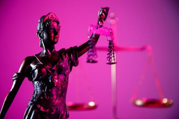 Conceito de lei e julgamento. figura da senhora justiça em close-up de néon roxo.