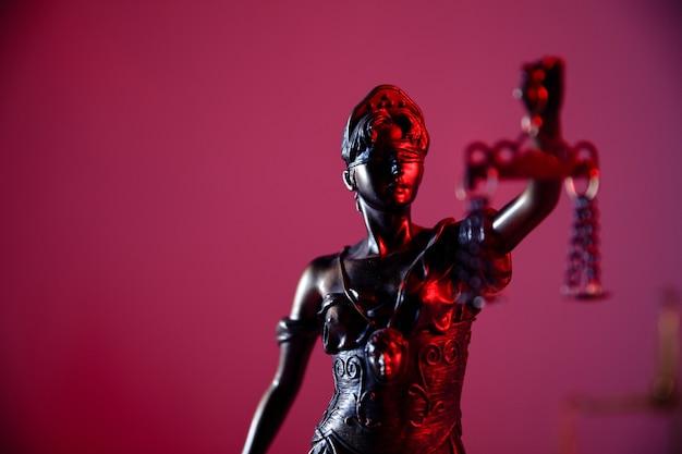 Conceito de lei e julgamento. figura da senhora justiça em close-up do cartório.