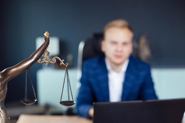 Conceito de lei e justiça escalas de justiça jovem advogado, juiz, procurador