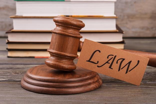 Conceito de lei e tribunal. martelo de madeira e pilha de livros.