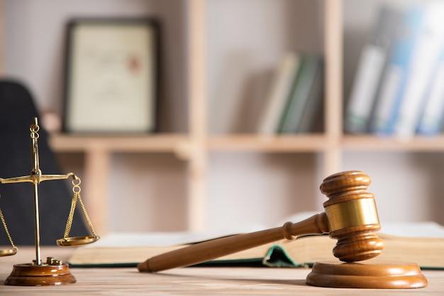 Conceito de lei, escalas com martelo de juiz e livro de lei