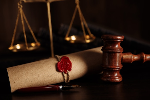 Conceito de lei. martelo do juiz na biblioteca do tribunal.
