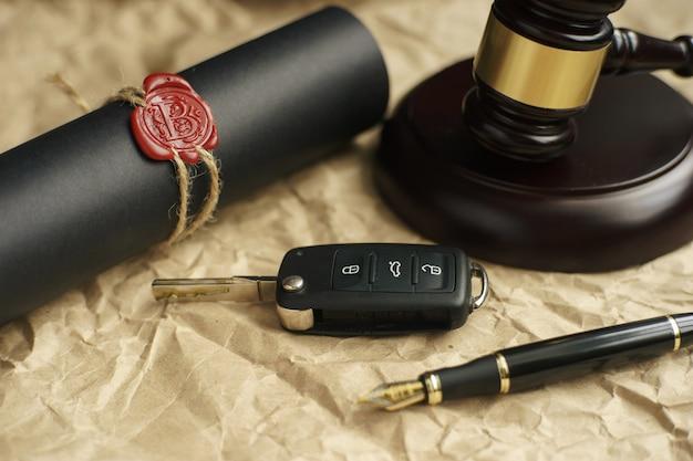 Conceito de leilão de carros - martelo e chave do carro na mesa de madeira