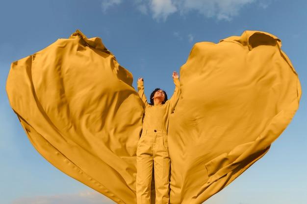Conceito de liberdade com mulher segurando o pano na natureza
