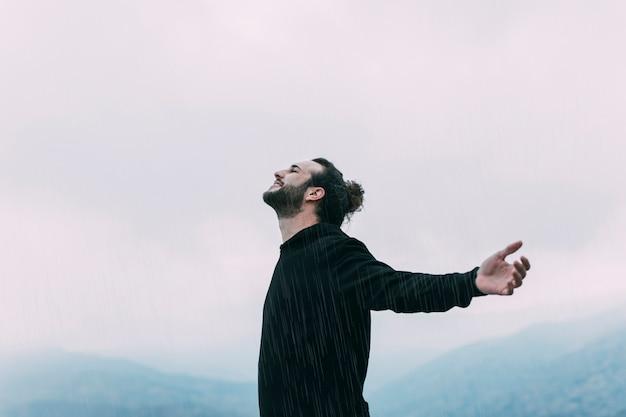 Conceito de liberdade com o caminhante na montanha