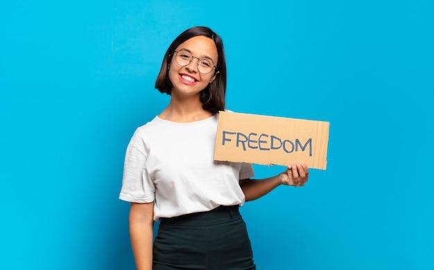 Conceito de liberdade de mulher jovem e bonita