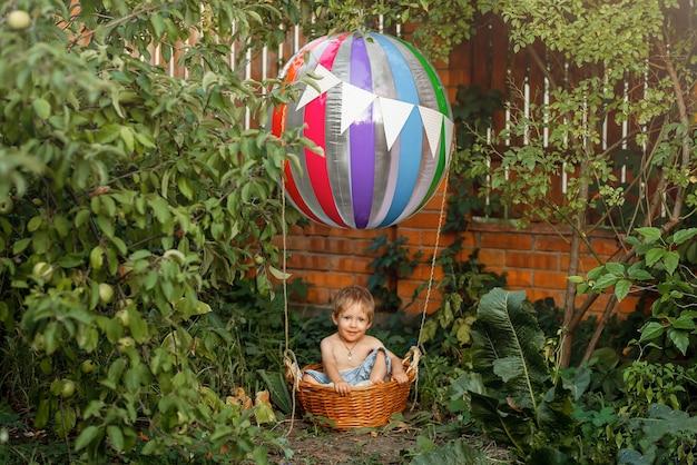 Conceito de liberdade e infância feliz, o balão de ar de brinquedo para criança