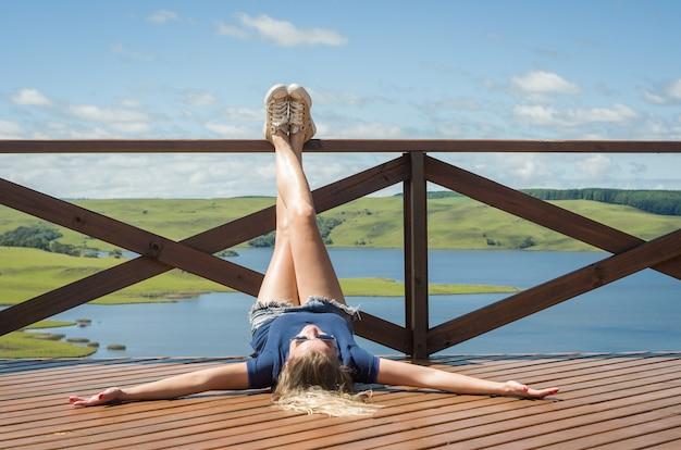 Conceito de liberdade mulher pernas na varanda