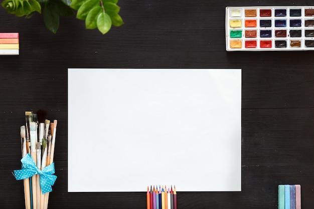Conceito de lição de trabalho de arte criativa, pincéis de papel em branco e caixa de tinta