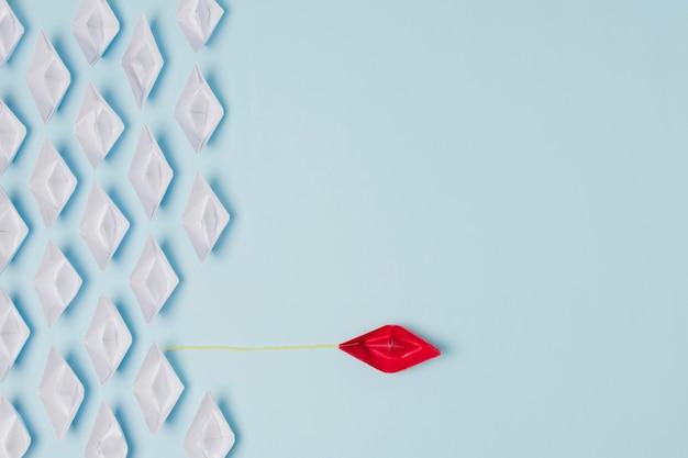 Conceito de liderança de barcos de origami