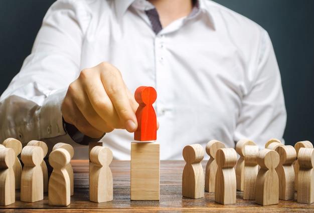 Conceito de liderança de equipe e escolha de um novo líder.