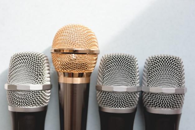 Conceito de liderança. grupo de microfones com um dourado. liberdade para falar de conceito.