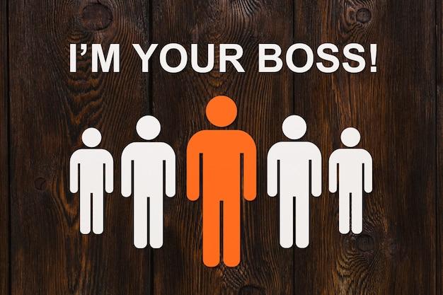 Conceito de liderança. homens de papel com fundo de madeira e texto, eu sou seu chefe. imagem conceitual abstrata de negócios