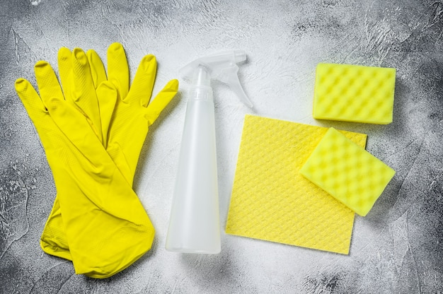 Conceito de limpeza amarelo de banheiro e banheiro, limpeza, higiene, primavera, tarefas domésticas, material de limpeza. fundo branco. vista do topo.