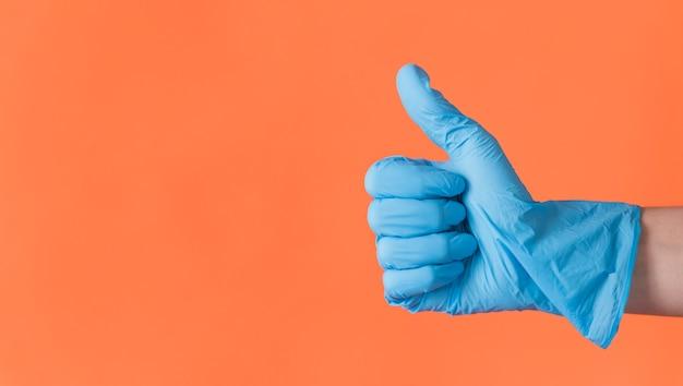 Conceito de limpeza com a mão fazendo os polegares para cima