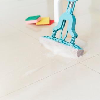 Conceito de limpeza com esfregão