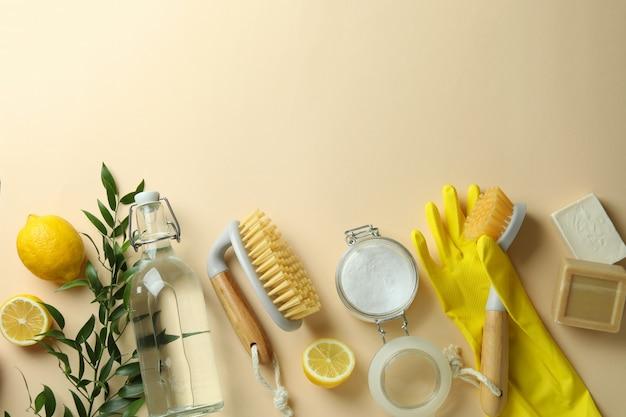 Conceito de limpeza com ferramentas de limpeza ecológicas e limões em fundo bege isolado