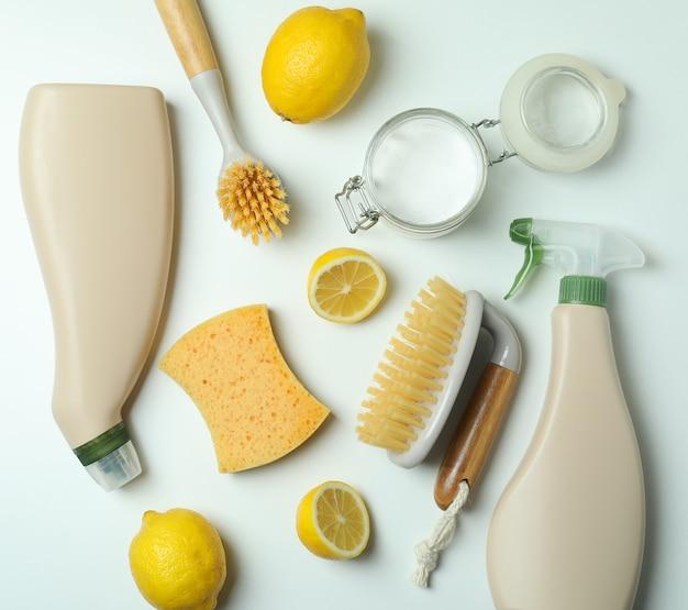 Conceito de limpeza com ferramentas de limpeza ecológicas em fundo branco isolado