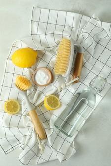 Conceito de limpeza com ferramentas de limpeza ecológicas em mesa texturizada branca