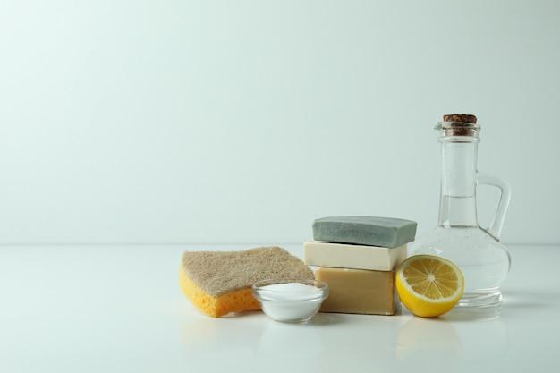 Conceito de limpeza com ferramentas de limpeza ecológicas na mesa branca