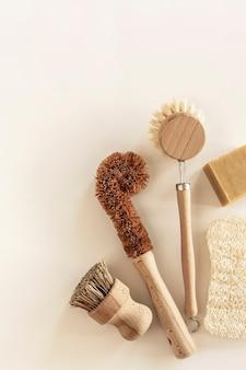 Conceito de limpeza de cozinha com desperdício zero ferramentas e produtos de limpeza naturais ecológicos escovas de prato de bambu sem plástico estilo de vida ecológico vista superior plana lay