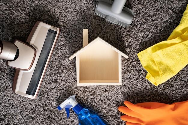 Conceito de limpeza em casa com suprimentos cleaner at home