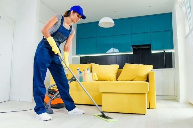 Conceito de limpeza. mulher jovem, lavando, chão cozinha