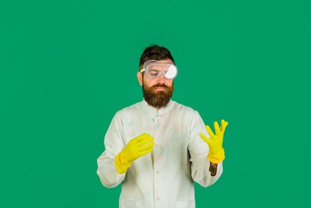 Conceito de limpeza serviço de limpeza produtos de limpeza trabalho doméstico equipamento de limpeza homem com látex
