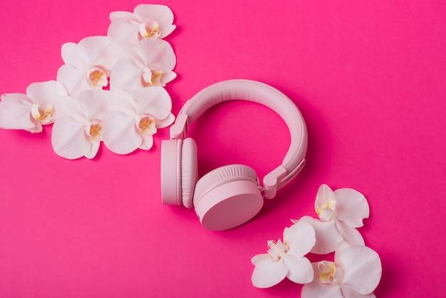 Conceito de lindas flores com fones de ouvido modernos