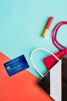 Conceito de lipgloss de creditcard do saco de compras