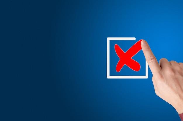 Conceito de lista de verificação marca de verificação do empresário nas caixas de seleção com o marcador. a mão vermelha com um dedo desenha uma marca de verificação no lugar para as marcas