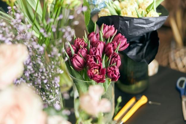 Conceito de loja de flores. close-up lindo lindo buquê de flores mistas na mesa. papel de parede.