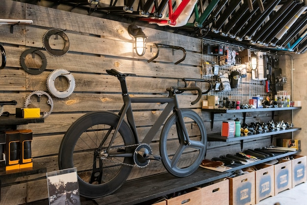 Conceito de loja de serviço de bicicletas com bicicletas