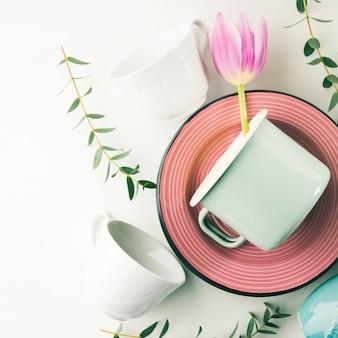 Conceito de louça de primavera com tulipas flores cor pastel