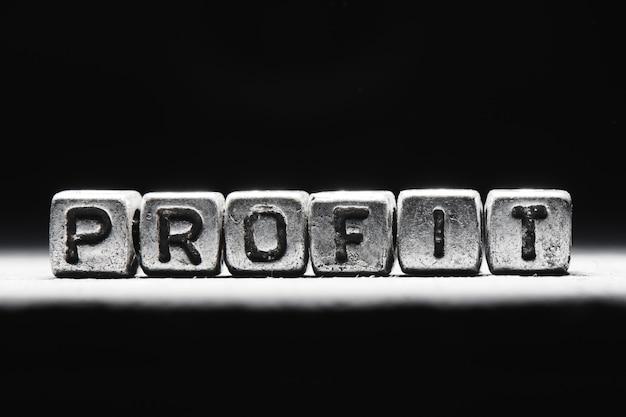 Conceito de lucro. a inscrição em cubos 3d de metal isolados em um fundo preto