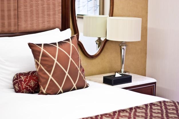 Conceito de luxo e lua de mel, travesseiros em hotel de luxo