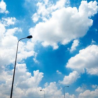Conceito de luz de rua de eletricidade nublado