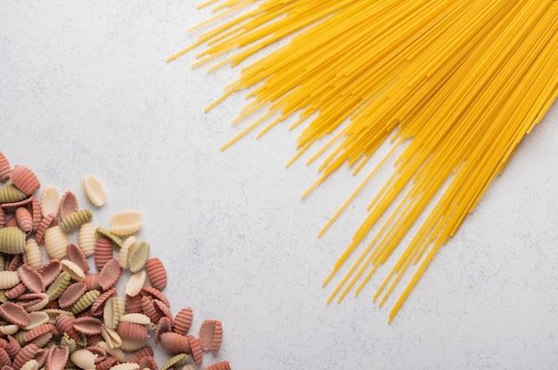 Conceito de macarrão espaguete multicolorido