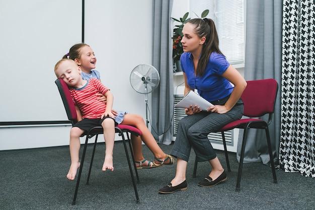 Conceito de mãe de treinamento de crianças alegres em casa. educação interessante. valores de família.