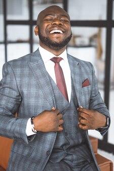 Conceito de magnata afro-americano de vida rica de negócios bem-sucedidos mostra contentamento e superioridade em ...