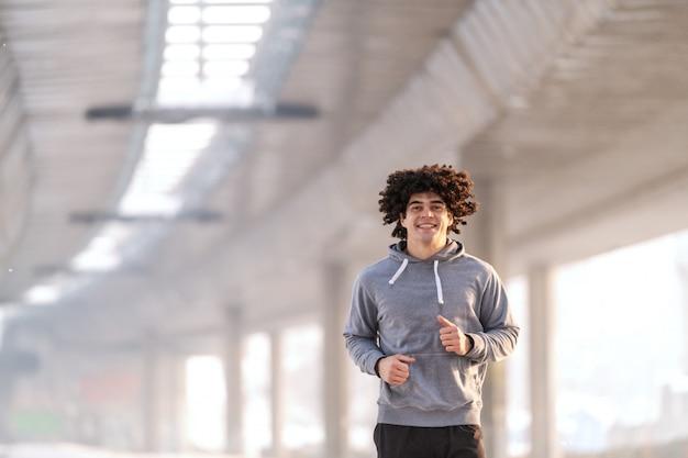 Conceito de manhã fitness. homem correndo lá fora.