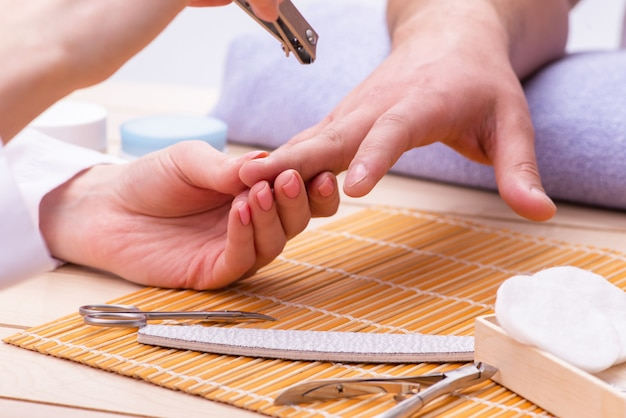 Conceito de manicure de mão para homem