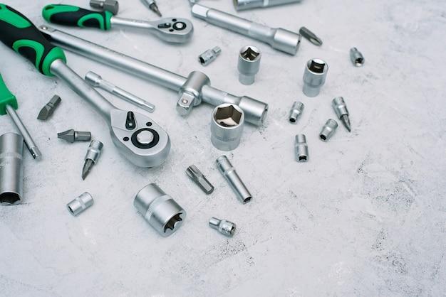 Conceito de manutenção e reparação de automóveis. conjunto de ferramentas em aço cromado inoxidável. chave de fenda, chave inglesa, chave inglesa. postura plana.