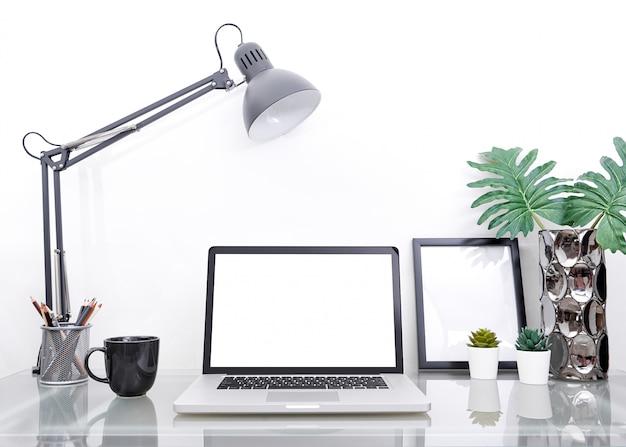 Conceito de maquete do local de trabalho. escritório decoração computador desktop com equipamento.