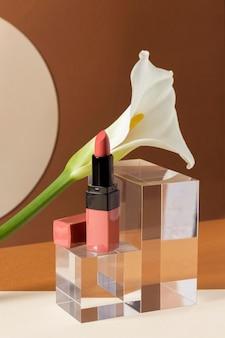 Conceito de maquiagem com batom e flor